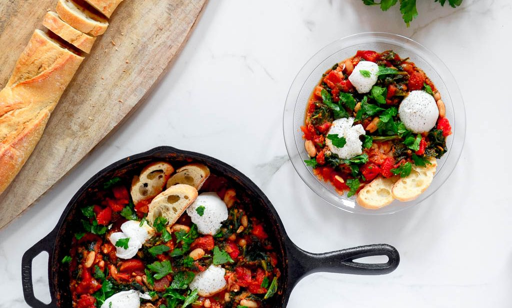 This delicious vegan shakshuka is so simple to prepare, you only need one pan! Plus, it's ready in less than 30 minutes. Pin it, you're gonna love this easy vegan dinner recipe so much you'll want to cook it more than once!